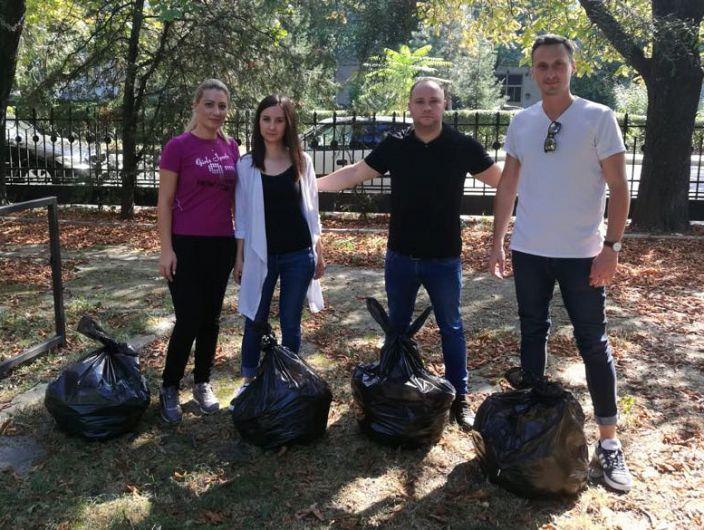 Foto: Consilierii liberali au curățat aleile parcului împreună cu focșănenii, în lipsa și dezinteresul administrației locale PSD