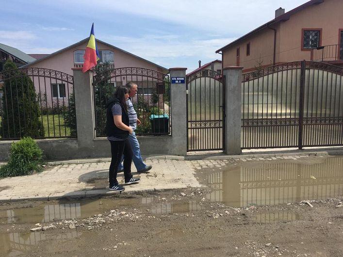 Foto:Focșănenii care stau pe strada Rovine plătesc din buzunarul lor utilaje să le niveleze calea de acces până ajunge Primăria cu asfaltul