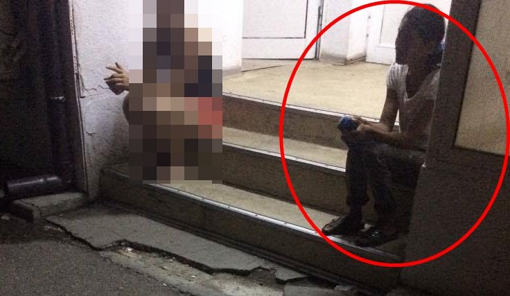 Mama copilului pe scările spitalului aşteptând  veşti de la medici, legate de copilul său