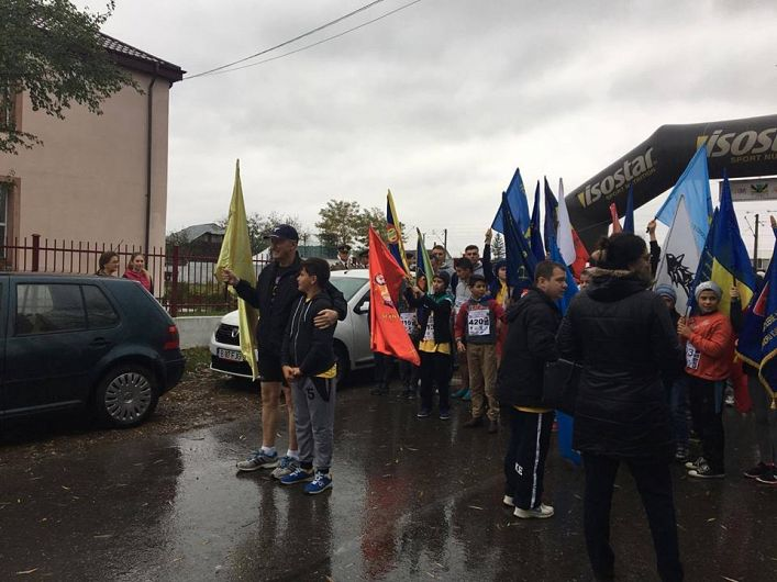 Fotografie preluată de pe contul de facebook Şcoala Gimnazială:Luca Ferenț Generalul elevilor cu domnul General Virgil Bălăceanu! De fapt toți elevii au fost Generali ce au alergat în acest cross pe o vreme nepotrivnică!