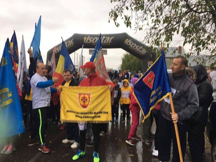 Fotografie preluată de pe contul de facebook Şcoala Gimnazială:Militarii de la Brigada 8 Oirp Bg Larom și 282 mecanizată au alergat cu steagurile lor de luptă!