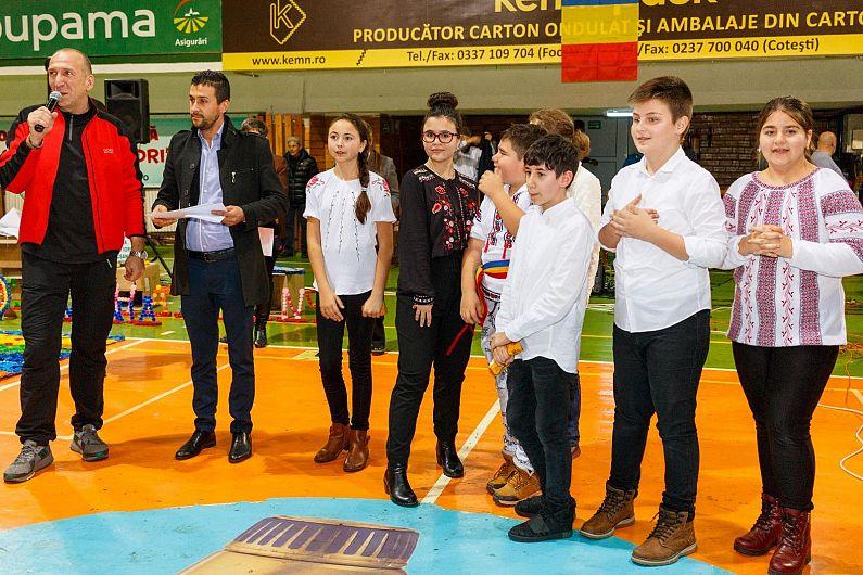 """Echipa """"Românii ecologiști"""" de la Palatul Copiilor Focșani câștigătoarea premiului III al Bursei Proiectelor Școlare Premium Porc 2018.Fiecare membru al echipei a plecat acasă cu un smartphone."""