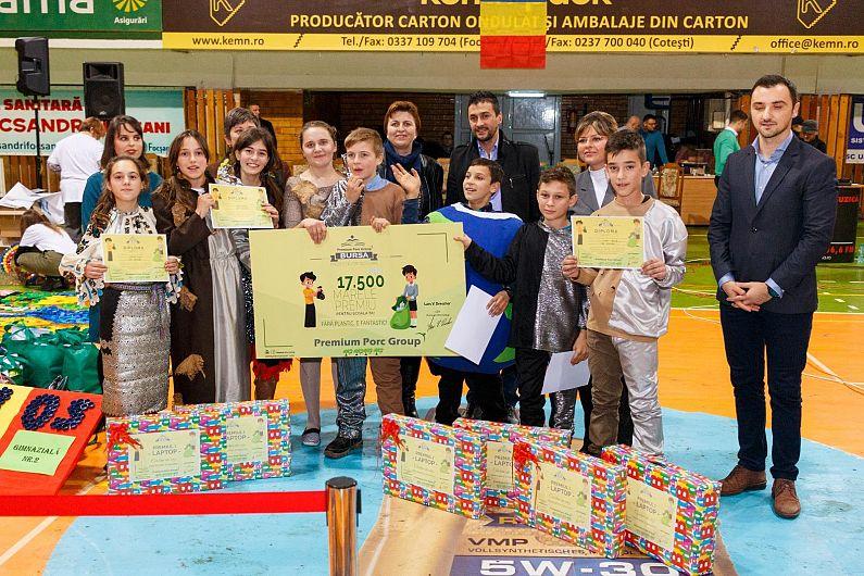 """Echipa """"Eroii reciclării"""" de la Școala Nereju câștigătoarea premiului Excelent  al Bursei Proiectelor Școlare Premium Porc 2018.Echipa a câștigat un laborator IT în valoare de 17.500 Euro pentru școală dar și câte un laptop pentru fiecare membru al echipei."""