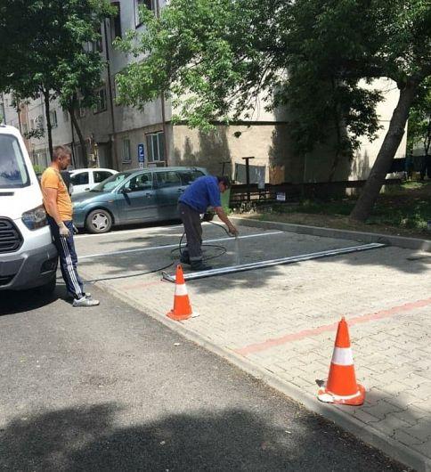 Deși locurile de parcare sunt demarcate, Primăria Focșani a ales să aloce bani suplimentari pentru albirea dungilor roșiatice din pavele