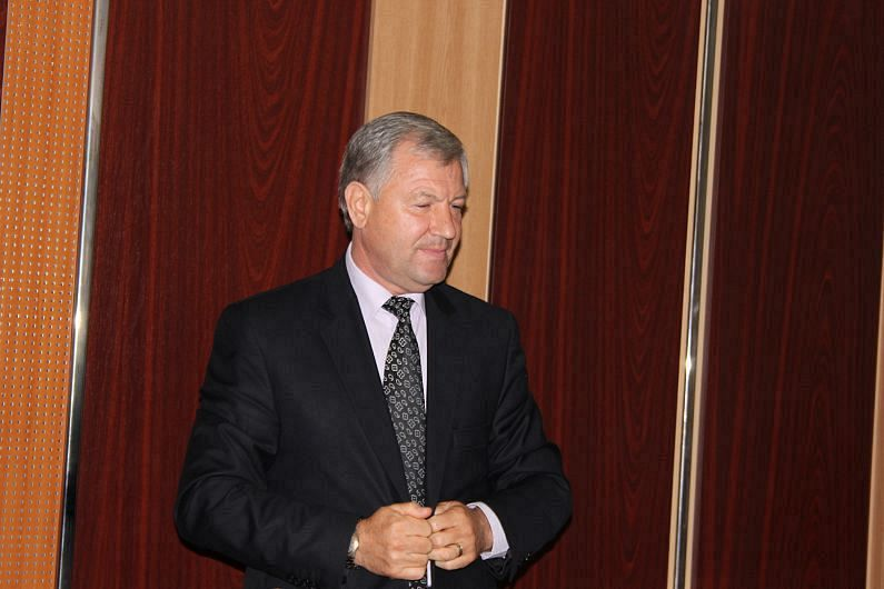 """Conform zicalei """"Când doi se bat, al treilea câștigă!"""" după alegerile locale din Vrancea, desfășurate pe 27 septembrie 2020, Cătălin Toma candidatul Alianței PNL-USR-PLUS l-a învins la urne pe candidatul PSD , Marian Oprișan, în confruntarea pentru funcția de președinte al Consiliului Județean Vrancea.Cine va conduce cu adevărat însă Consiliul Județean Vrancea în următorii patru ani, hotărăște liderul filialei ALDE Vrancea, Ionel Cel Mare.Funcție de votul său balanța poate înclina spre Toma sau spre Oprișan"""