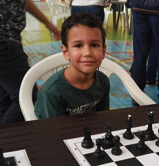 Filip-Andrei Toia, în vârstă de 7 ani, a obținut victoria în toate partidele jucate iar fișele lui pe care și-a notat partidele mutare cu mutare arată ca ale unui copil cu doi-trei ani mai mare
