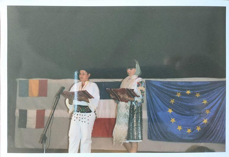 """Cei doi prezentatori ai programului în română și franceză, Titi-Flori Chirilă, clasa a III-a și Ioana Bratie, clasa a IV-a din vremea când ansamblul folcloric de copii """"Comoara Vrancei"""" din Năruja participa la festivalul internațional """"DuMont-Gargan""""din Franța"""
