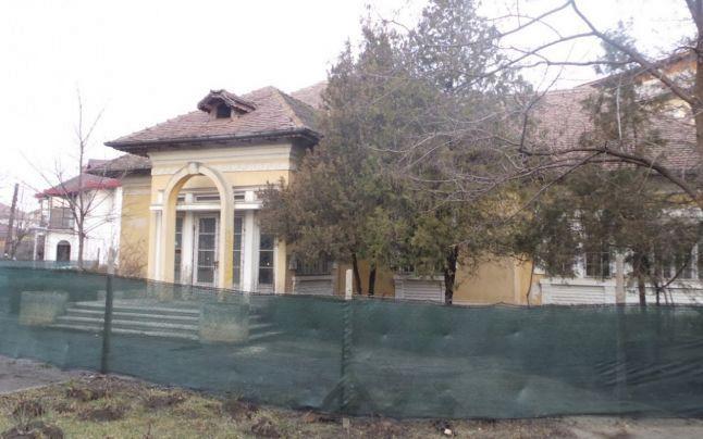 Fosta Casă a căsătoriilor din Focșani împrejmuită pentru începerea lucrărilor de refacere de către noii proprietari.Fotografie preluată de pe site-ul:adevarul.ro