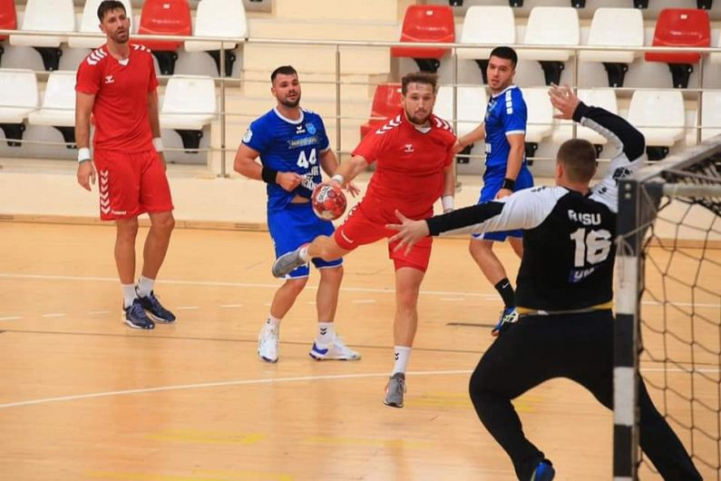 Meciul de handbal masculin seniori de pregătire, Dinamo - CSM Focșani 2007: 41-24 (21-11) a fost unul de pregătire și s-a disputat, sâmbătă 7 august 2021 pe terenul actualei campioane a României Foto: contul de facebook Ilie Rosianu