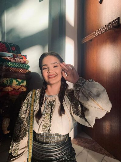 """Andreea Crețu, elevă la clasa de Canto popular, a Școlii Populare de Artă, din cadrul Centrului Cultural Vrancea, îndrumată de expert, Maria Murgoci, va participa la emisiunea """"Românii au talent!"""" difuzată de postul de televiziune ProTV"""