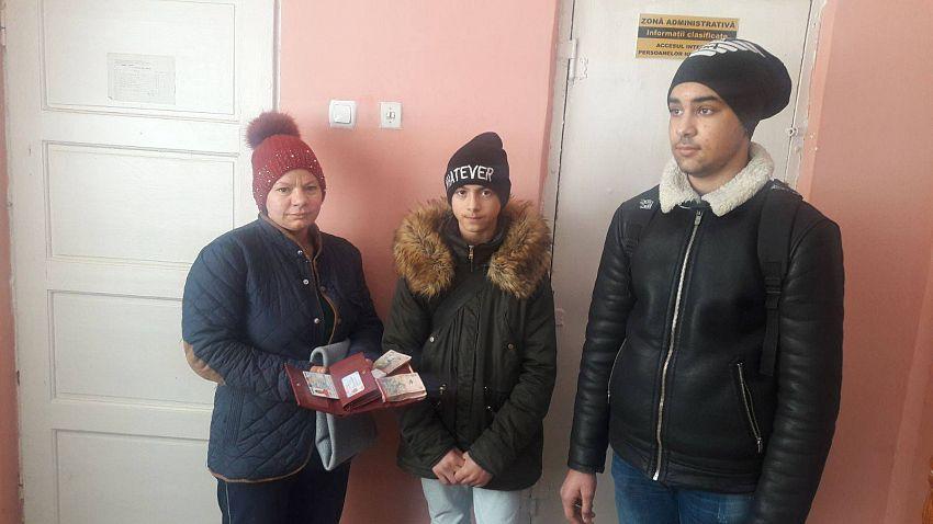 Foto: Cei doi elevi alături de proprietara portofelului