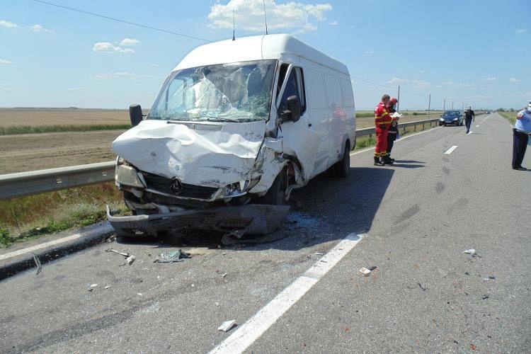 Astăzi, miercuri, 29 iulie, în jurul orei 12:30, un bărbat, în vârstă de 63 de ani, din județul Vrancea, în timp ce conducea o mașină pe DN 23, dinspre localitatea Corbu Nou către Gulianca, ar fi pătruns pe contrasens, moment în care a intrat în coliziune cu o autoutilitară, condusă de un bărbat, în vârstă de 41 de ani, din județul Vrancea. În urma impactului a rezultat decesul primului șofer si a unui pasager, în vârstă de 43 de ani, și vătămarea corporal a șoferului autoutilitarei, toți din județul Vrancea.Foto:obiectivbr.ro