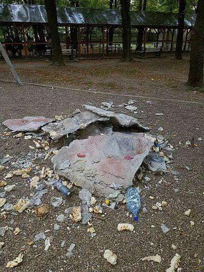 Foto: Obiectele s-au desființat, dar a mai durat până au fost ridicate resturile