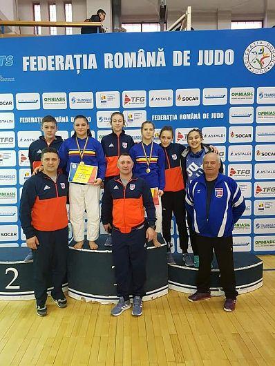 Sportivele judoka de la CS Unirea Focșani împreună antrenorii Moldoveanu, Popa și delegatul Nicu Băeșu.-Foto:Sportuldevrancea Focsani