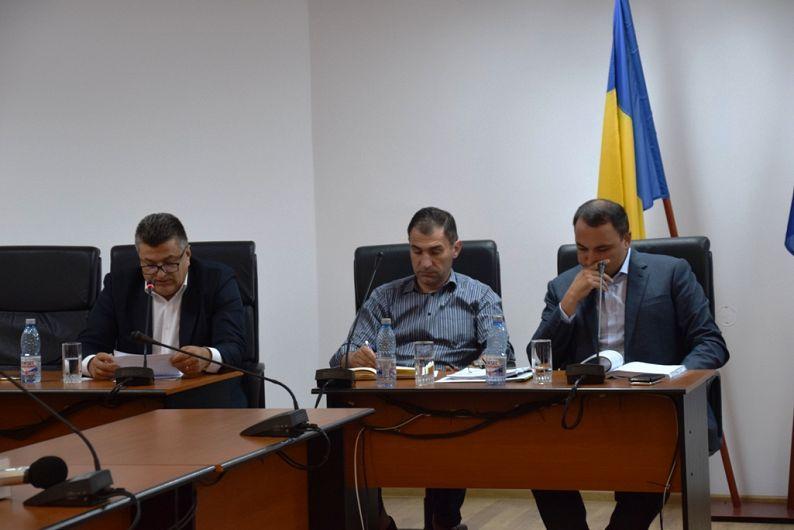 Primarul Cristi Misăilă (dreapta) secretarul Eduard Corhană (centru) și viceprimarul Marius Iorga (stânga)