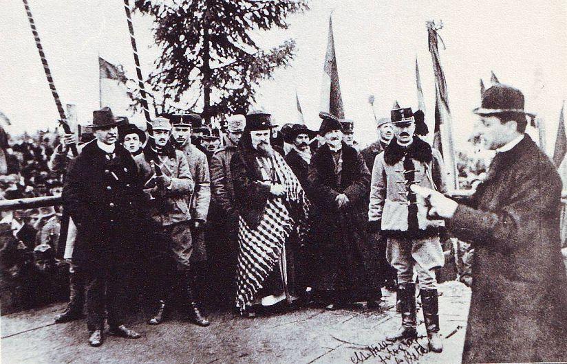 Foto1: Iuliu Hossu citind Declarația Unirii de la 1 Decembrie 1918