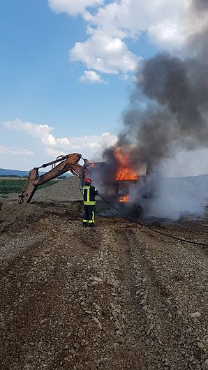 Excavator în flăcări la Adjud.Foto:ISU Vrancea