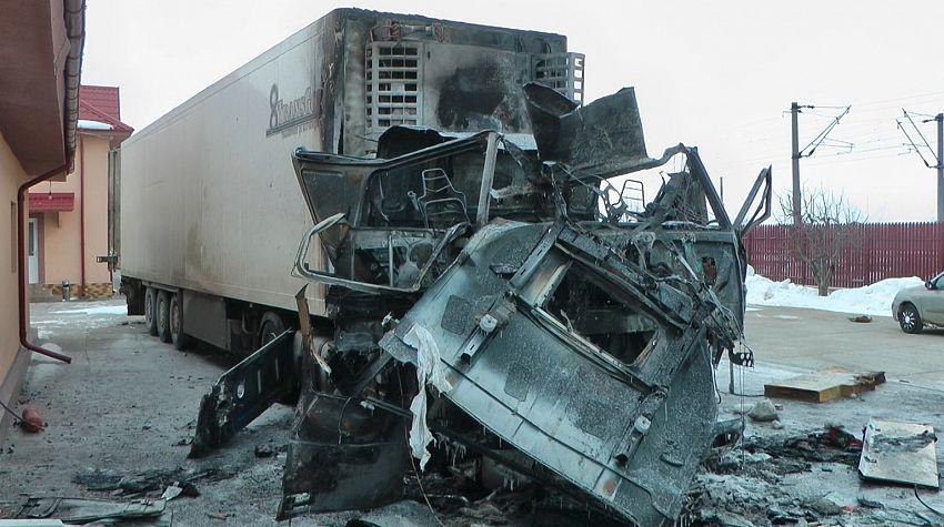 Din capul tractor al TIR-ului nu a mai rămas aproape nimic
