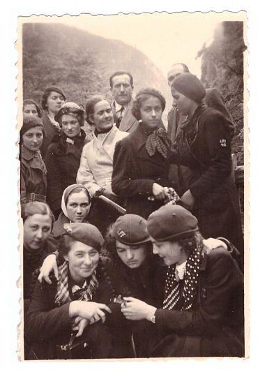 Eleve ale Liceului de fete în excursie în 1933