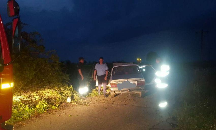 Un bărbat, de 35 de ani care se afla la volanul unui autoturism fără să dețină permis de conducere a intrat cu mașina într-un stâlp, joi seară 23 iulie 2020, în orașul Panciu