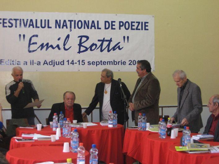 """Fotografie de la premierea unei ediții  din anii  anterioari a Festivalului  național de poezie """"Emil Botta"""" organizat la Adjud"""