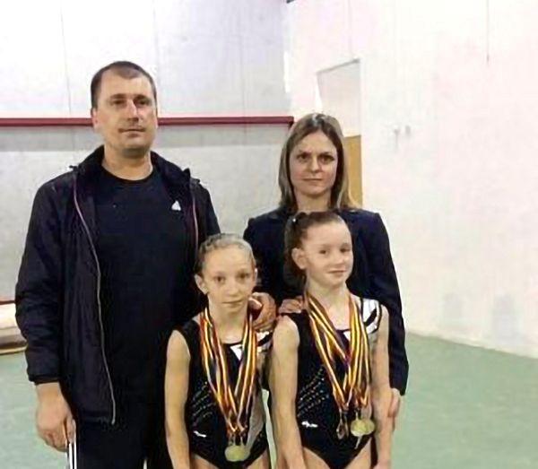 FOTO: Antrenorii de gimnastică Daniela Trandafir și Cezar Stoica (CSȘ Focșani), alături de elevele lor, Ana Maria Bărbosu și Iulia Trestianu, recent multiplu medaliate la Campionatele Naționale de juniori