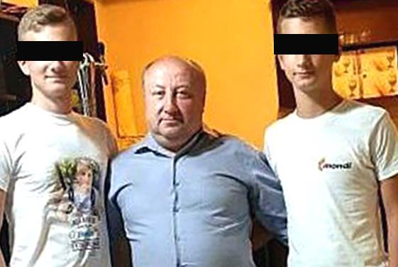 """Primarul comunei Nistorești, Teodor Dobre, împreună cu cei doi fii ai săi, unul elev la Colegiul Economic (foto stânga) și celălalt la Colegiul Auto """"Traian Vuia"""" Focșani. Conform IPJ Vrancea, minorul de 14 ani (cel elev la Colegiul Auto """"Traian Vuia"""" Focșani) a fost depistat, la data de 26 decembrie a.c., de către polițiștii Compartimentului DN2D- Serviciul Rutier, în timp ce conducea o autoutilitară pe DJ 205 E, în afara satului Ungurești din comuna Nistorești. În urma testării cu aparatul etilotest, a rezultat o concentrație de 0,42 mg/L alcool pur în aerul expirat. În urma verificărilor efectuate, polițiștii au stabilit că minorul ar fi luat autoutilitara fără acordul proprietarului, un bărbat de 40 de ani din comuna Nistorești."""