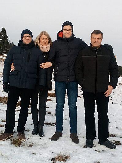 Valentin Neagu fiul lui Costică Neagu, împreună cu familia.În fotografie apare și tatăl lui Valentin , Costică Neagu, Valentin Neagu fiul lui Costică Neagu, fost component la naționalei României,probabil cel mai valoros handbalist vrâncean din toate timpurile.Foto:cvmedia.ro