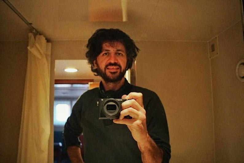GeorgeChiper-Lillemarks-anăscut în Focşani în 1979. După studii de filozofie şi de cinema, a devenit unul dintre cei mai prolifici directori de imagine din România.Foto:facebook