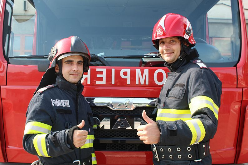 Plutonier major Burloiu Viorel și plutonier Gheorghiță Andrei sunt pompierii militari care au participat la misiunea de salvare