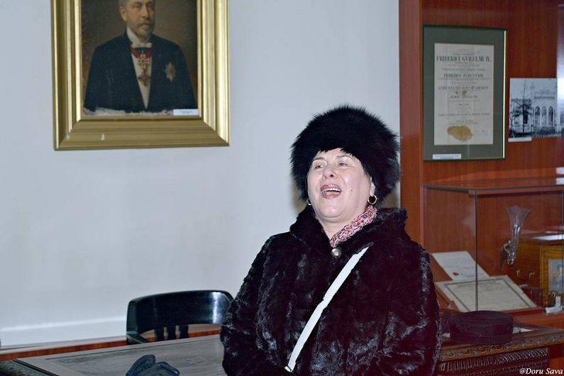 Interperta de muzica populara Ionica Stan ne-a pregatit o surpriza muzicala. In Muzeul Unirii doamna a cintat o romanta despre mândria de a fi român