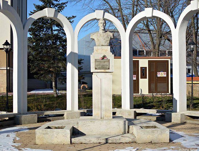 Periplul civic a inceput la bustul domnitorului Cuza, unde am pornit incursiunea in povestile vechiului oras.