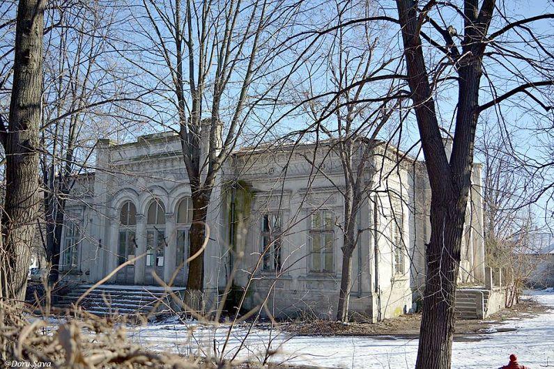 Casa Apostoleanu, una dintre cele mai frumoase case din vechiul Focșani, construită la sfârșit de secol XIX, într-un stil eclectic cu influențe romantice. Astăzi este părăsită. Aici s-a semnat, pe 9 decembrie 1917, Armstițiul dintre guvernele român și rus, pe de o parte, și guvernele Triplei Alianțe, având ca obiect suspendarea ostilităților pe Frontul Român, pe timpul Primului Război Mondial.