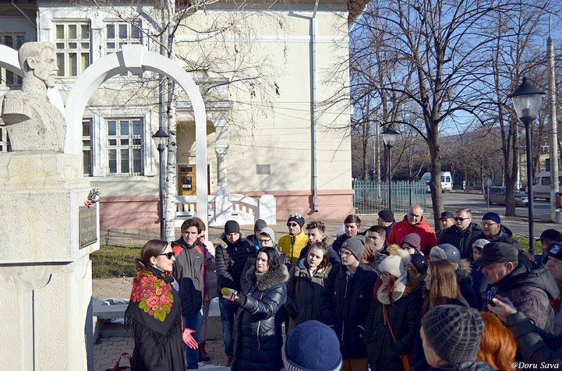 """Inițiat de către Clubul de jurnalism și implicare civică Tineret în (re)acțiune, Asociația """"Eu, tu și ei"""" și blogul VranceaAltfel.ro, Focșaniul Unirii – civic walking tour urmăreşte să implice focșănenii într-un proces de redescoperire și punere în valoare a monumentelor și obiectivelor de patrimoniu"""