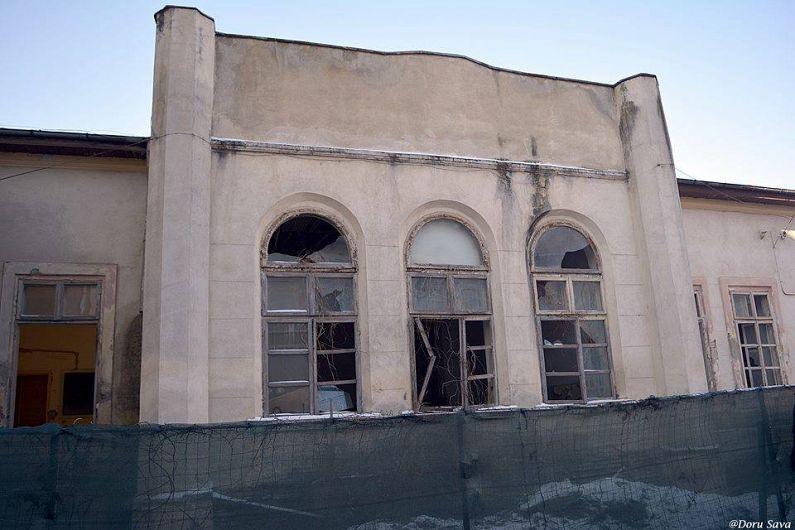 Casa vornicului Iordache Pruncu, staroste de Putna, functie echivalenta prefectului de astazi, a servit zeci de ani ca sediu pentru scoala. Astazi este abandonata si are nevoie de interventie urgenta pentru a fi salvata.