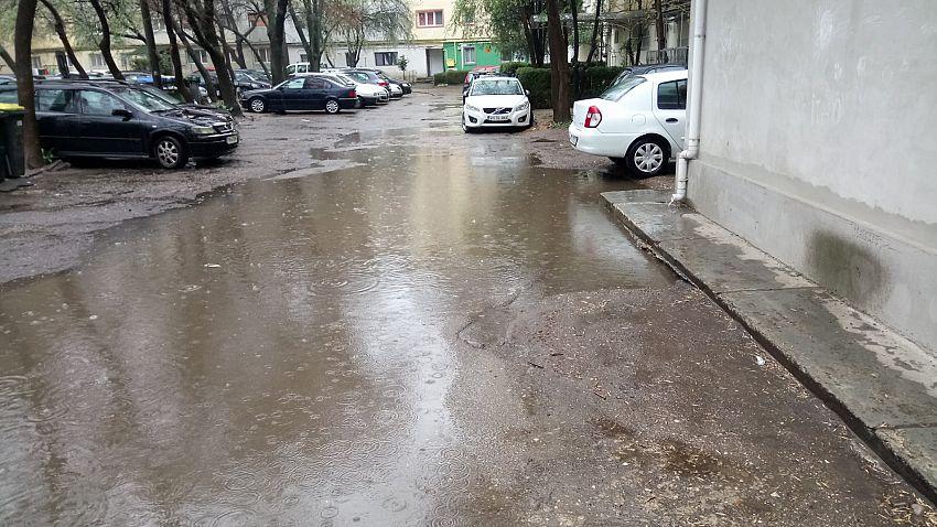 Pelerina, cizmele si ...vesta de salvare sunt obligatorii!Foto:Împreună Pentru Moldova - Vrancea