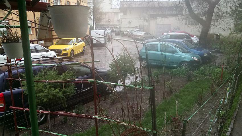 La noi pe ulita centrala, masinile stau bara la bara! La cateva zeci de metri este o parcare amenajata de primarie pt PARKING!Foto:Împreună Pentru Moldova - Vrancea