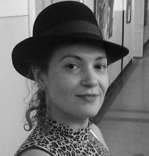"""Monica Maria Voicu este absolventă a Facultăţii de Arte din cadrul Universităţii """"Dunărea de Jos"""" din Galaţi."""