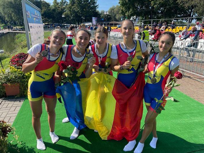 Vrânceanca Larisa-Andreea Bogdan( a doua din stânga în fotografia echipajului României) din Broșteni a cucerit duminică 5 septembrie 2021 la Campionatele Europene Under 23 de la Kruszwica (Polonia) medalia de aur și tilul de campioană europeană în proba de 4+ 1 rame.VrânceancaLarisa-Andreea Bogdan din Broșteni este componentă a lotului național al României-tineret și legitimată acum la clubul CSM București