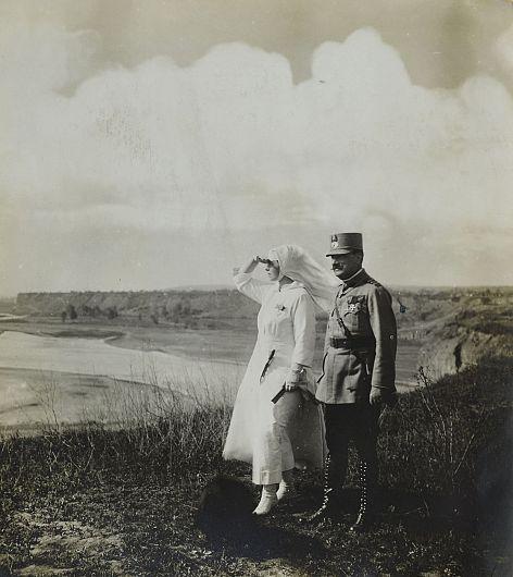 1917, august 1/14. Regina Maria împreună cu generalul Eremia Grigorescu. Sursa foto: ANR, SANIC, fond Casa Regală. Personale – Regina Maria, Memorii, dosar III/109/1917, f 220v.