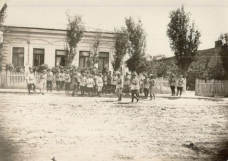 <1917>. Principele moștenitor Carol, generalul Eremia Grigorescu ș.a. Sursa foto: ANR, SANIC, Colecția Documente Fotografice, formatul II, fotografia 68-01