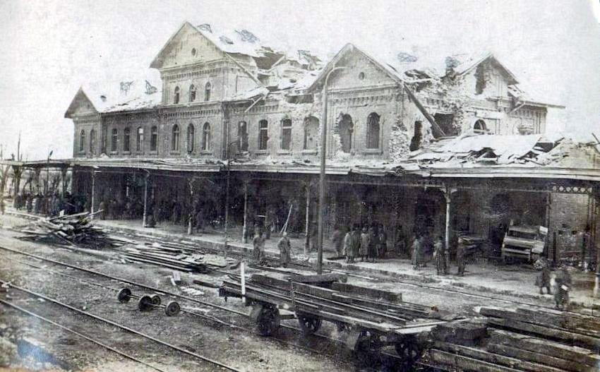 5 august 1917, Mărășești: Gara din oraș, bombardată de inamic. Sursa: ANR, SJAN Mehedinți, Colecția de Documente Fotografice, fotografia 4-1