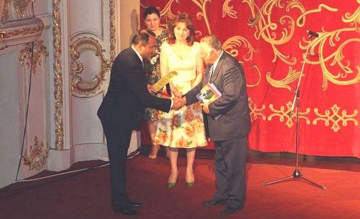 Foto: Primarul Cristi Misăilă înmânându-i titlul de cetățean de onoare lui Petre Abeaboeru