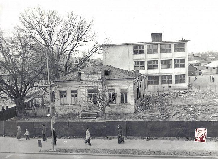 Casa din Focșani a scriitorului și diplomatului Duiliu Zamfirescu, acum dărâmată, poziționată la intersecția străzii Tinereții cu B-dul Unirii (lângă Școala nr. 10). Fotografie preluată de pe contul de facebook: focsaniulvechi.ro