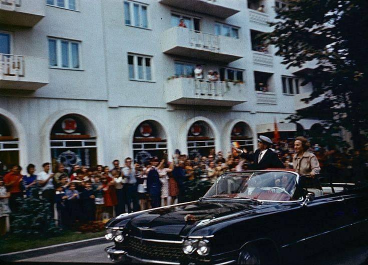 Nicolae Ceaușescu în vizită la Focșani în fața fostului magazin Romarta.Vizita s-ar fi desfășurat în anul 1979.Foto:Fotbalul Vrancean Amintiri.