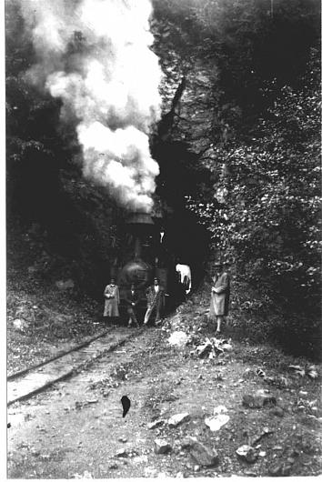 Foto1-O locomotivă în tunelul ( astăzi tunel rutier) din apropierea Cascadei Putna-credit foto:contul de facebook Ghid Turistic Vrancea