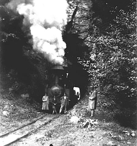 O locomotivă în tunelul din apropierea Cascadei Putna, astăzi tunel rutier. Credit foto: Ghid Turistic Vrancea (Facebook)