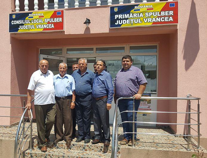Foto 2: Prof. Lucian Măciucă – directorul Școlii, prof. Ionel Budescu, primarul Vasile Rusu, Sorin Vulcan președintele Obștii