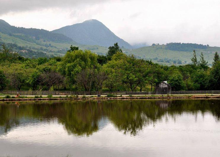 """""""Lacul de la Cruce"""" era situat în trecut la o răscruce de drumuri, fapt căruia îi datorează numele-foto:Pantelimon Sorin"""