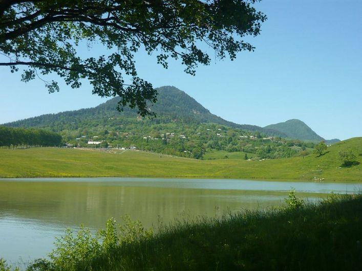 Din informațiile adunate de la localnici se confirmă, că până în anii '60 ai secolului trecut, lacul Vintileasca avea o scurgere subterană, fapt ce ducea la o scădere apreciabilă a nivelului apei, în perioadele secetoase. În prezent această scurgere s-a închis, preaplinul deversându-se printr-un canal construit în partea sa estică, în pârâul Cerbului.-foto: Pantelimon Sorin